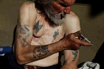Travis Hayes, de 65 años se inyecta fentanilo en una calle de San Francisco, California, en una imagen de archivo de febrero pasado (Reuters)