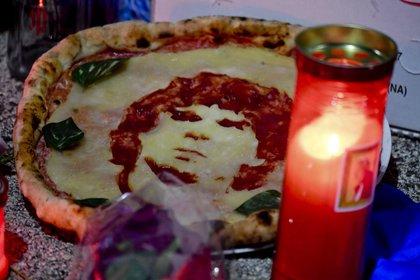 Los homenajes a Diego Maradona se repiten a diario en Nápoles, uno de los lugares que más lloraron al astro futbolístico (EFE)