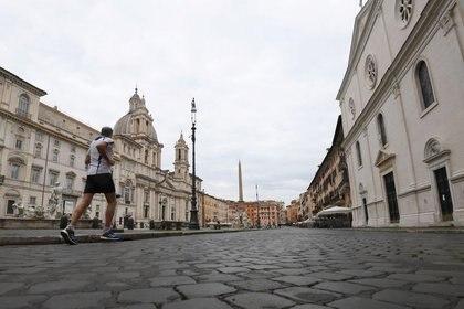 Un hombre trota en la Plaza Navona, vacía mientras Italia endurece las medidas para tratar de contener la propagación de la enfermedad por coronavirus (REUTERS/Alberto Lingria)
