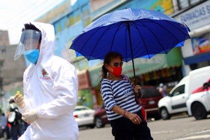 Una mujer utiliza un cubrebocas mientras camina por las calles de Iztapalapa, Ciudad de México, el 8 de mayo, durante la pandemia de COVID-19 (Foto: Reuters/Edgard Garrido)