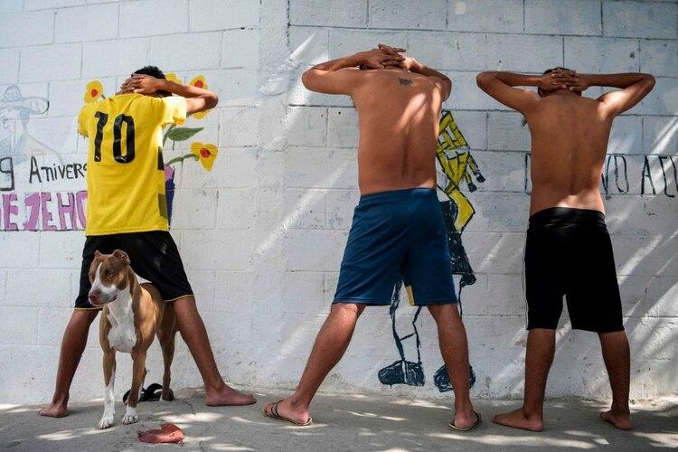 Los sospechosos son detenidos por la policía en un barrio de San Salvador dominado por la MS-13.(Marvin Recinos / AFP / Getty Images)