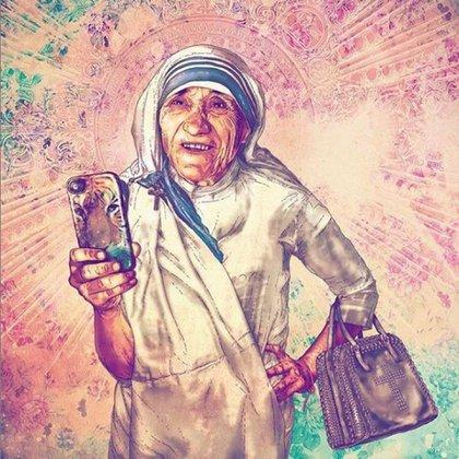 Madre Teresa de Calcuta con un iPhone y una cartera