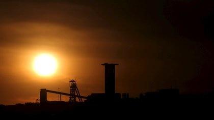 Atardecer en la mina de AngloGold Ashanti, en Carletonville, al oste de Johanesburgo (REUTERS/Siphiwe Sibeko/archivo)
