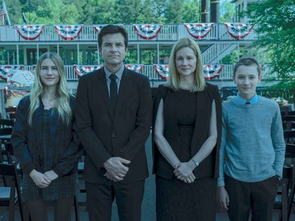 """Sofia Hublitz, Jason Bateman, Laura Linney y Skylar Gaertner, en la tercera temporada de """"Ozark"""", que comienza el 27 de marzo"""