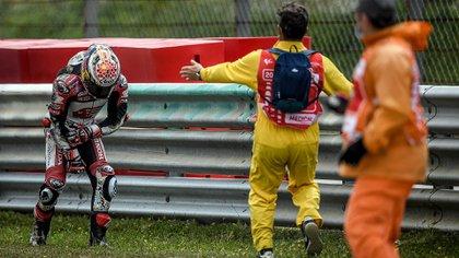 Nakagami pudo salir de la pista a pie pero notablemente dolorido tras derrapar varios metros. (Foto: AFP)