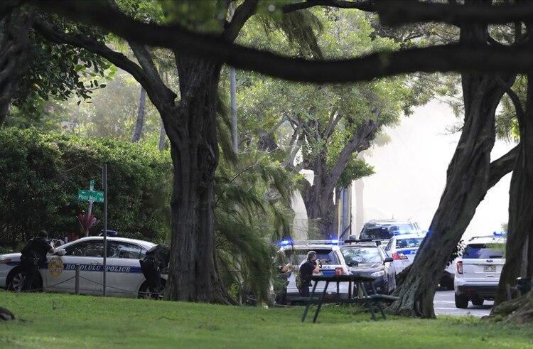 Oficiales del Departamento de Policía de Honolulu rodean al sospechoso de asesinar a dos de sus compañeros (AP)