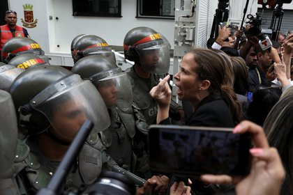 La Guardia Nacional le impidió el ingreso a la Asamblea Nacional a los diputados opositores (REUTERS/Fausto Torrealba)