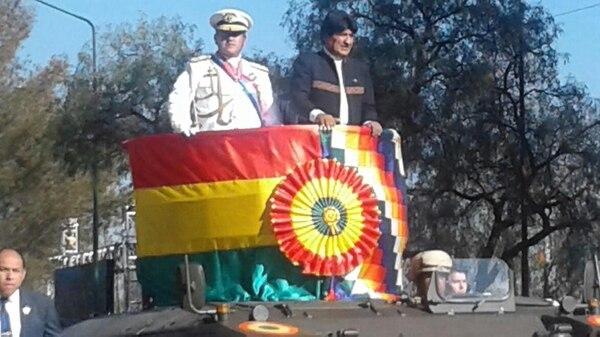 El presidente Evo Morales asistió a los actos por el 193 aniversario de las Fuerzas Armadas de Bolivia en Cochabamba y no lució la banda ni la medalla presidencial