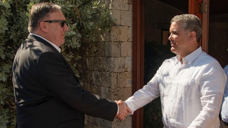 Mike Pompeo e Iván Duque (AFP)