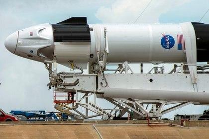 La cápsula Crew Dragon de SpaceX enganchada a un cohete Falcon 9  (REUTERS/Steve Nesius)