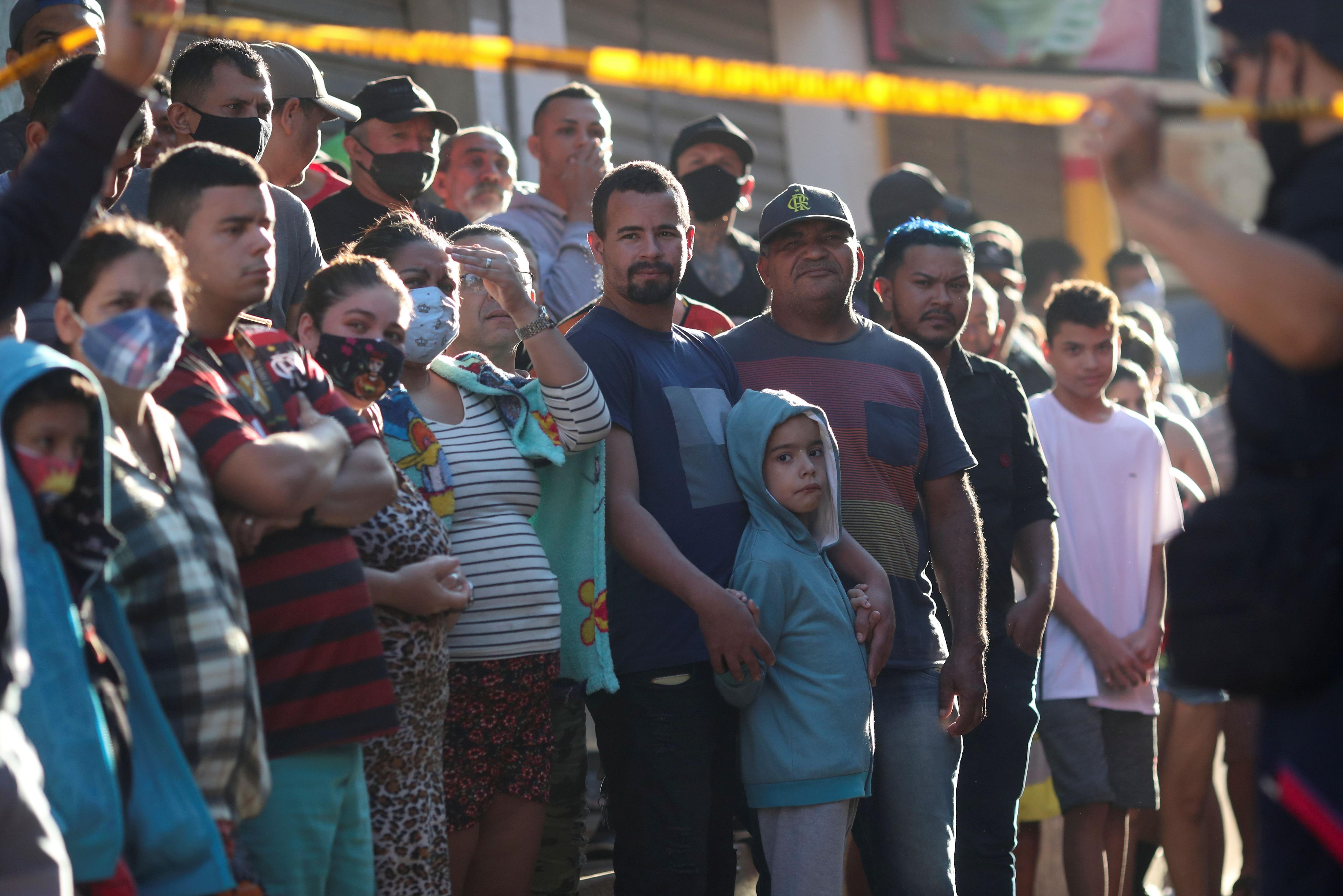 Vecinos del barrio miran angustiados las operaciones de rescate (REUTERS/Ricardo Moraes)