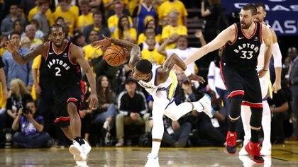 Kawhi Leonard, otra vez fue figura en la victoria de Toronto, que puso al frente a los Raptors en las finales de la NBA (Getty Images/AFP)