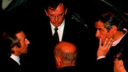 Una escena del funeral de Fangio en su museo: de espaldas, Stirling Moss; a la izquierda, Stewart; de frente, Arendt de Mercedes y, a la derecha, Constancio Vigil, director de la revista El Gráfico y amigo de Jackie.