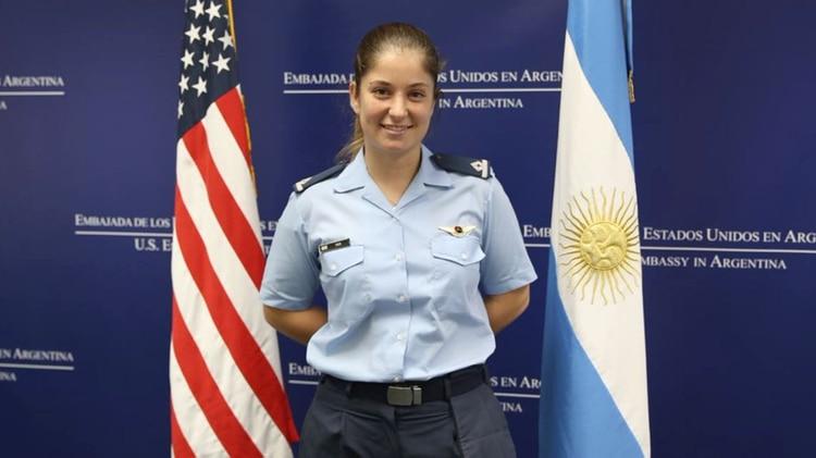 La alférez Sofía Vier, en la Embajada de Estados Unidos en Argentina, antes de partir a su formación en la Base Aérea de Columbus (@EmbajadaEEUUarg)