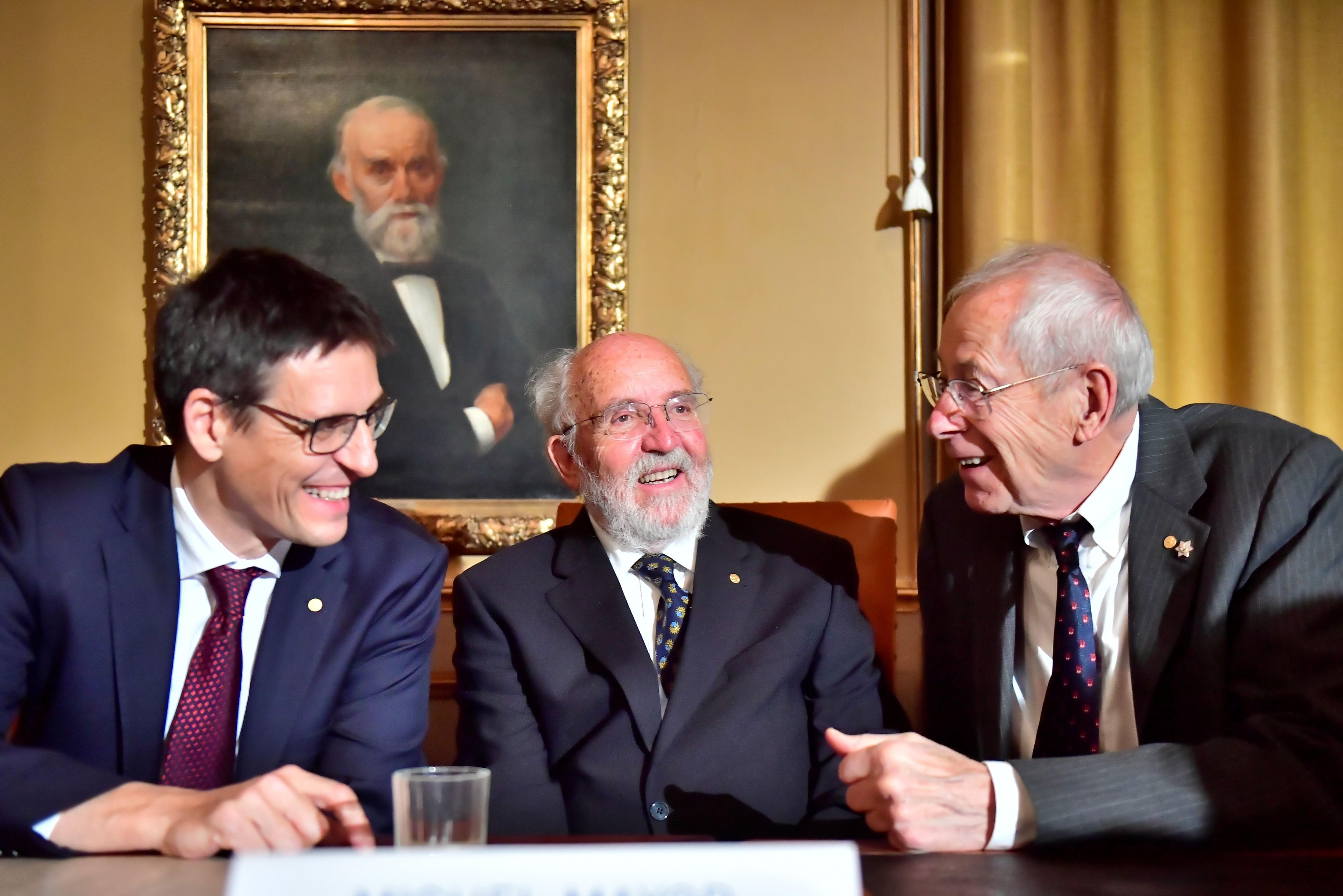 Los últimos galardonados con el Premio Nobel de Física Didier Queloz, Michel Mayor y James Peebles hablan durante una conferencia de prensa en la Real Academia de Ciencias de Suecia en Estocolmo, Suecia, el 7 de diciembre de 2019 (TT NEWS AGENCY vía REUTERS)