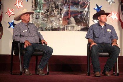 Cliven y Ammon Bundy hablando en un foro organizado por la Academia Americana de Educación Constitucional (AAFCE) en la Escuela Básica de Burke en Mesa, Arizona (Foto: Gage Skidmore)