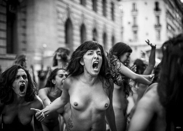 Mayo. Más de 100 mujeres autoconvocadas protestaron, haciendo arte, para expresarse contra el femicidio (Ignacio Yuchark)