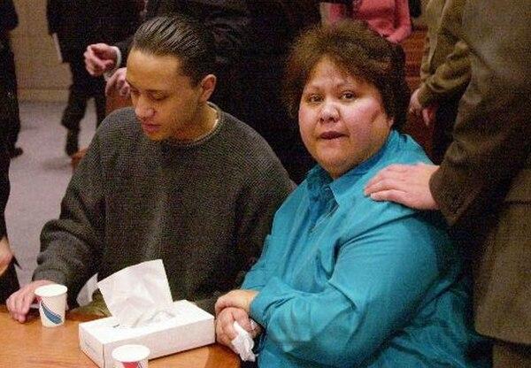 Soona Vili, la madre del entonces estudiante, en la corte con su hijo