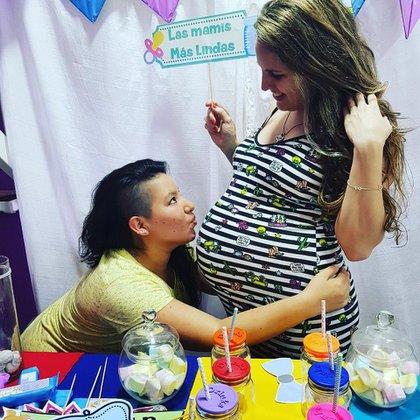 Ana llevó el embarazo y es una de las mamás de los mellizos. Yanina es la madre no gestante