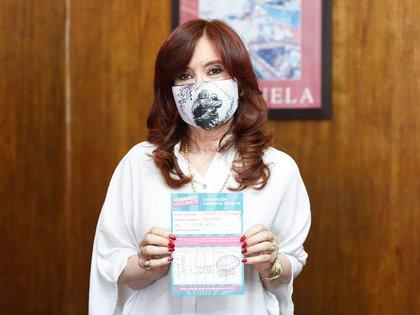 El Gobierno destacó que el carnet facilita el control y el registro de quienes ya fueron vacunados (Twitter: @CFKArgentina)