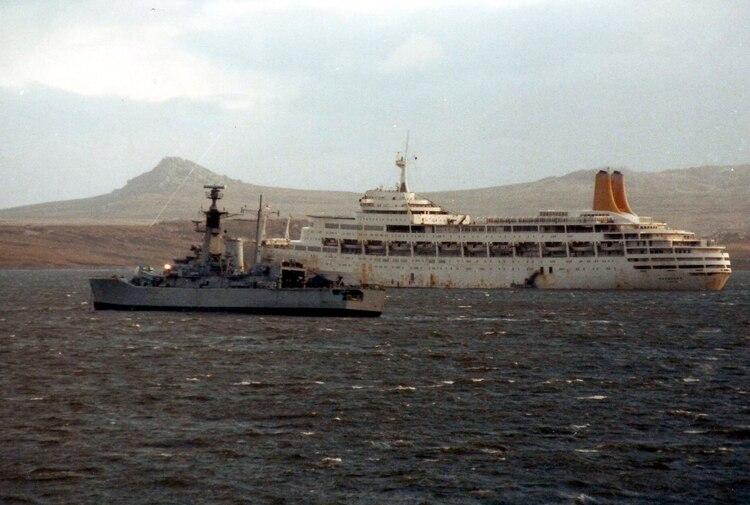 El buque Canberra, un trasatlántico acondicionado para llevar tropas durante la guerra de Malvinas