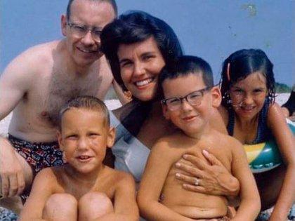 Warren Buffett con Susie, su ex esposa, y sus 3 hijos. Dice que el mayor error de su vida fue haberla dejado ir.