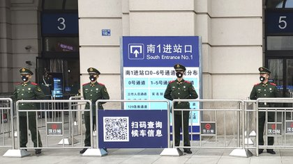El 23 de enero de 2020 China comenzó a implementar medidas como el cierre de Wuhan, que luego se extendería a otras ciudades, hasta un total de 60 millones de personas. (Thepaper via AP)