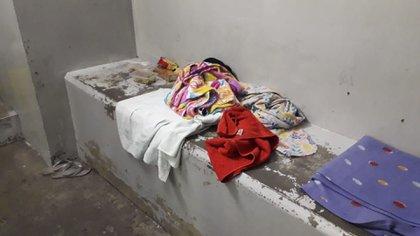 Dormir como se puede: camas improvisadas en las celdas