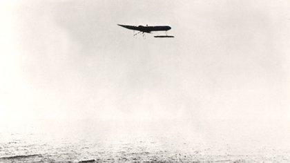 Una fotografía de Blériot cruzando el Canal de la Mancha en 1909 (The Art Archive/Shutterstock)