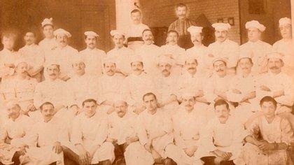 Pasteleros del Molino a principios del siglo XX. Brignola es el cuarto desde la izquierda en la fila del medio