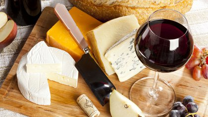 Los quesos también son una buena opción para acompañar los vinos (Shutterstock)