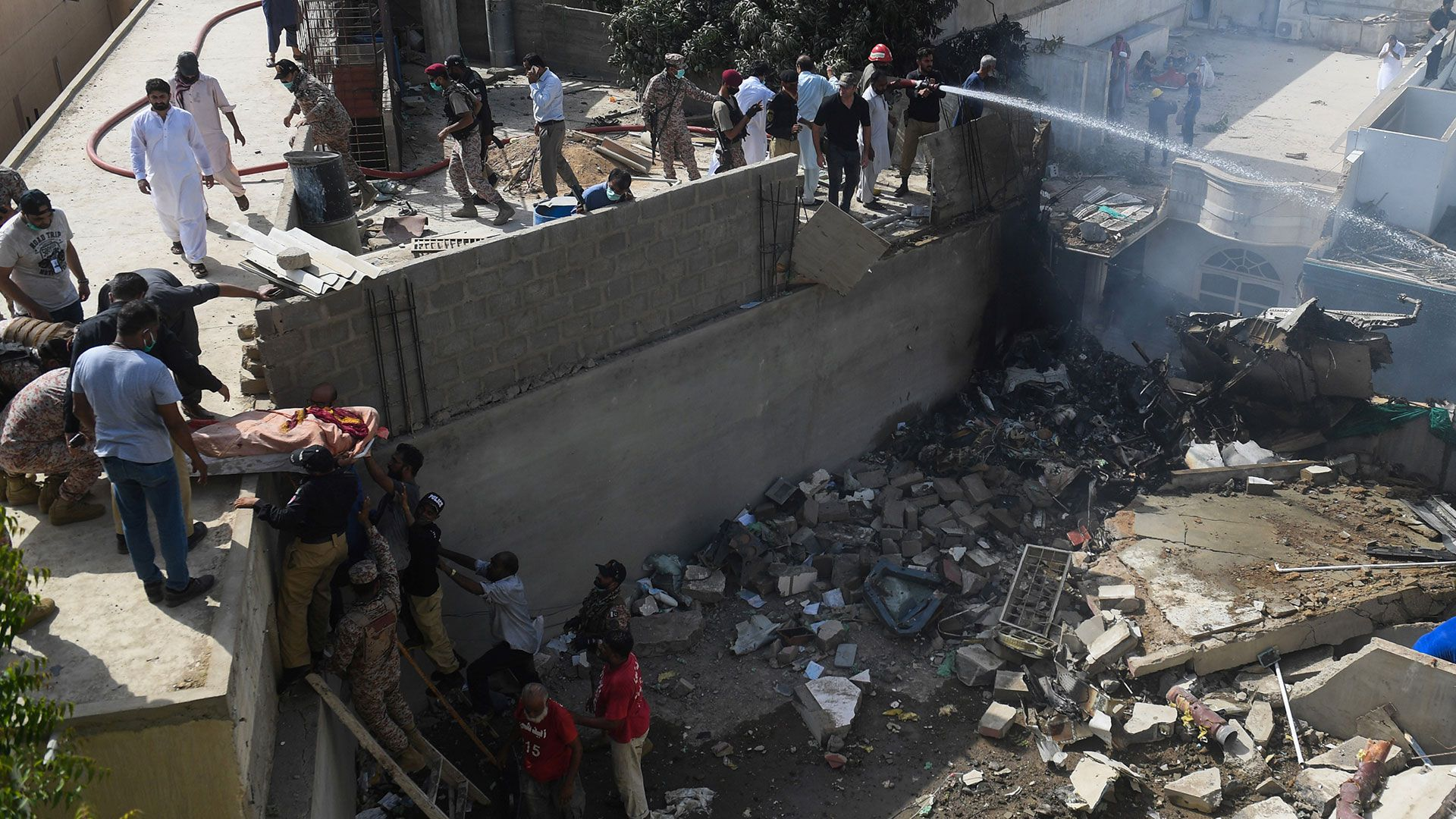 Se estrelló cerca del aeropuerto de Karachi en una zona residencial (AFP)