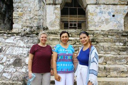 Frente al Templo de la Cruz y de izquierda a derecha: Claudia Zehrt, Martha Cuevas y Ana Somohano, responsables de la digitalización de Palenque. (Foto: Fernando Guarneros Olmos/Infobae México)