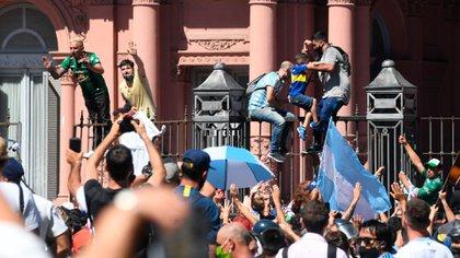 Los fanáticas treparon las rejas para ingresar por la fuerza a la Casa Rosada (Maximiliano Luna)
