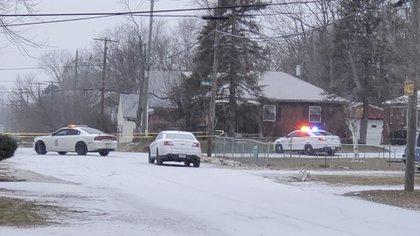El Departamento de Policía Metropolitana de Indianápolis trabaja en la escena del crimen el domingo 24 de enero de 2021, donde cinco personas, incluida una mujer embarazada, fueron asesinadas a tiros la madrugada del domingo dentro de una casa de Indianápolis. (Justin L.Mack / The Indianapolis Star vía AP)