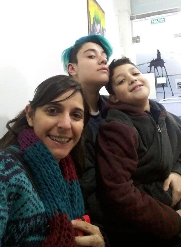 Benjamín con su mamá Silvina y su hermano menor