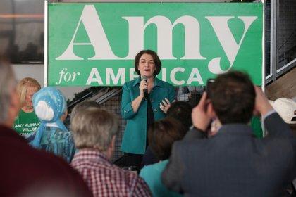 La senadora Amy Klobuchar celebra un acto de campaña en un pub de Bettendorf, Iowa, el 1 de febrero de 2020 (REUTERS/Jonathan Ernst)