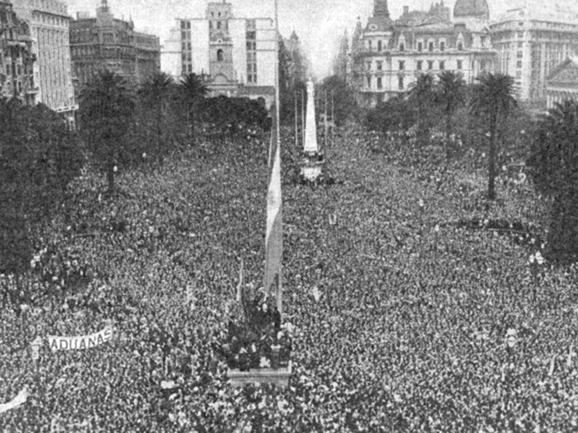 17 de octubre de 1945, Plaza de Mayo. Una multitud pide por la libertad de Perón