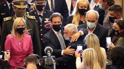 Luis Lacalle Pou llega al Parlamento uruguayo acompañado por la vicepresidenta Beatriz Argimón (EFE/Raúl Martínez)