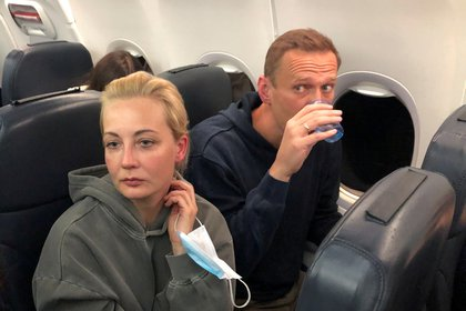 Yulia Navalnaya con su esposo Alexei Navalny. Foto: REUTERS/Maria Vasilyeva