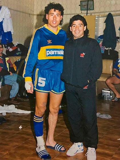 Foto para el recuerdo: adentro del vestuario de Boca con la lujosa visita de Diego Armando Maradona