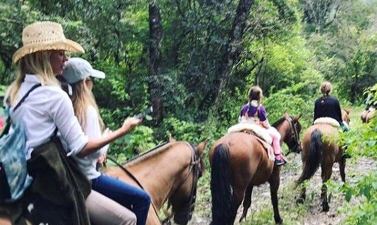 Nicole con sus hijas, durante su escapada a Salta que desató la furia de su ex (Foto: Instagram)