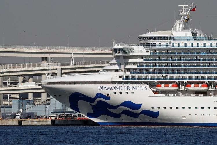 El crucero Diamond Princess se encuentra varado en Japón con 3.700 personas a bordo y 70 casos confirmados de coronavirus. Uno de ellos es el primer caso latinoamericano y argentino, un adulto mayor que evoluciona favorablemente (REUTERS)