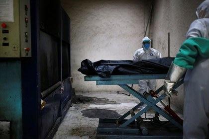 Para el retiro seguro de los cuerpos, la organización científica independiente realizó una Guía Operativa dirigida a primeros respondedores: bomberos, defensa civil, personal de salud, funerarias, entre otros (REUTERS)
