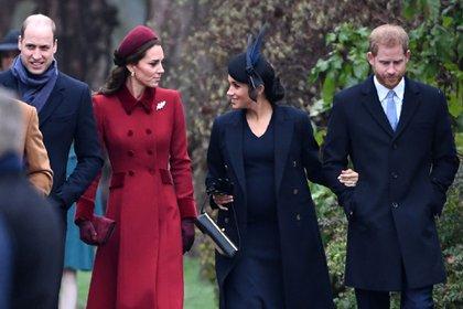 Los duques de Cambridge y de Sussex camino a la misa de Navidad en Norfolk (AFP)