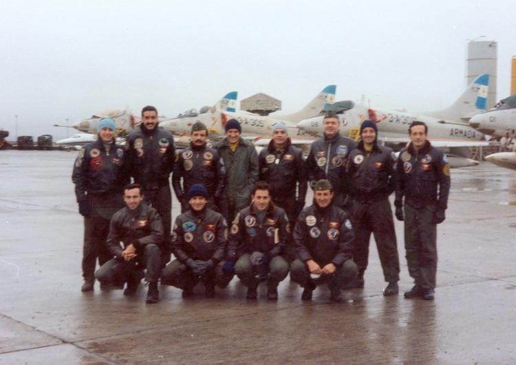 La tercera EscuadrillaAeronaval de Caza y Ataque dejó de operar en el portaaviones y se mudó a Río Grande en Mayo 1982. Arriba (de izquierda a derecha) los pilotos Sylvester, Lecour, Oliveira, Zubizarreta, Arca, Castro Fox, Róloto y Benitez. Abajo: Medici, Márquez, Olmedo y Philippi.