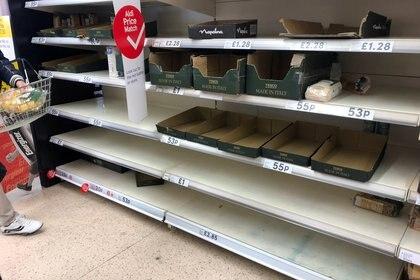 Los funcionarios de salud instan a salir de casa para ir de compras al supermercado con la menor frecuencia posible, lo que aumenta el atractivo de los alimentos altamente procesados, que duran más que los frescos (REUTERS)