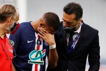 Kylian Mbappé abandonó el campo de juego entre lágrimas y encendió las alarmas en el PSG (REUTERS)