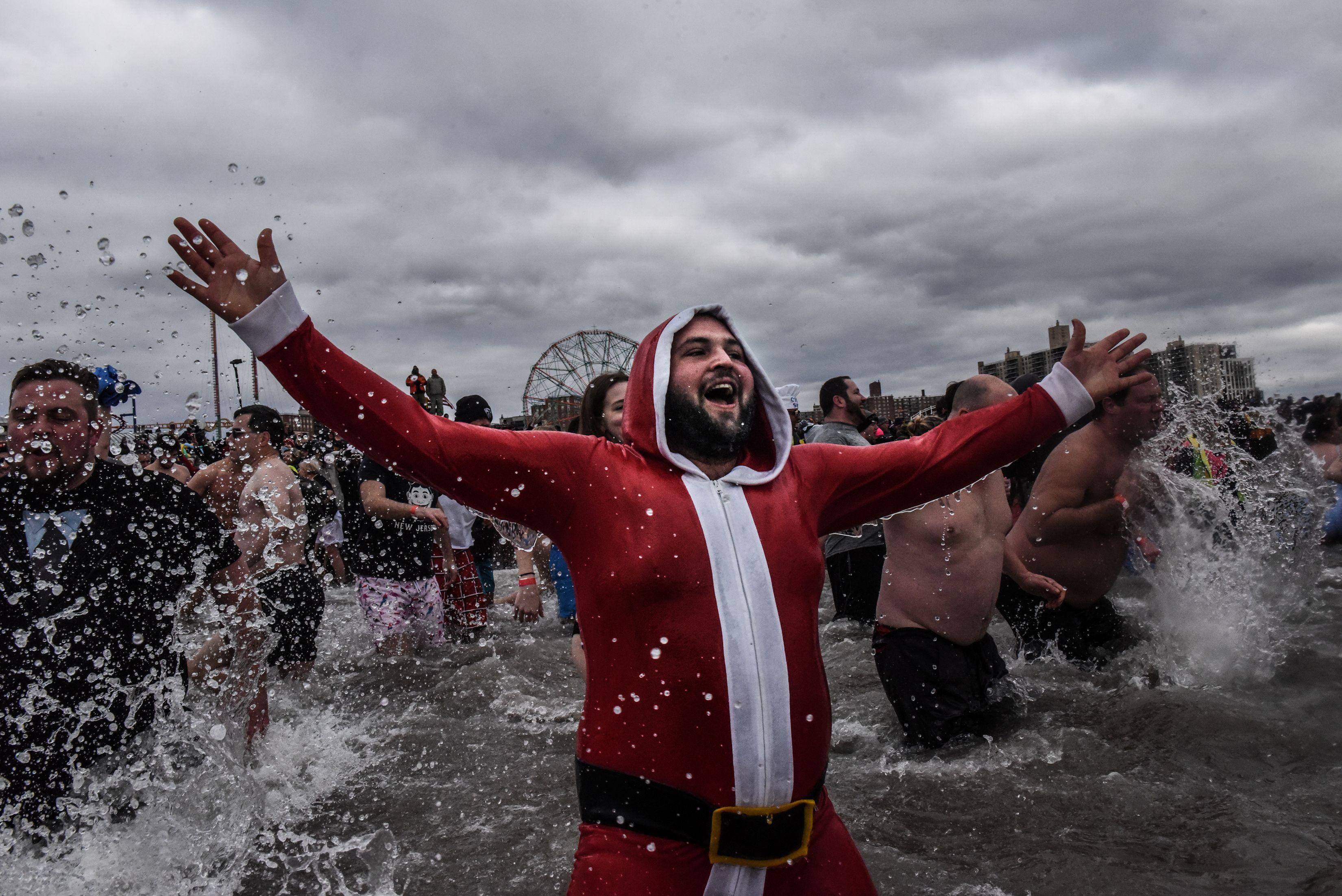 Allí, los neoyorquinos más atrevidos disfrutan de conciertos, atracciones y de un baño en el océano Atlántico, muchos de ellos disfrazados (REUTERS/Stephanie Keith)