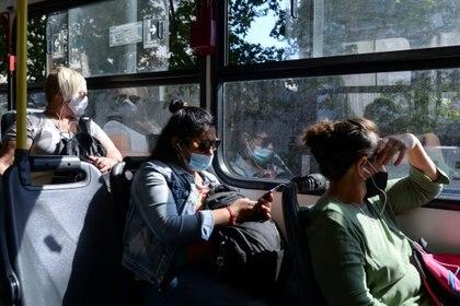 Personas con barbijo en el transporte público (REUTERS/Ana Ferreira)